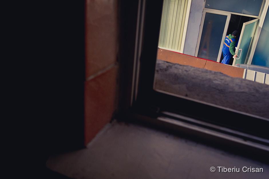 Un barbat intra in scara unui bloc de la Dimitrov.
