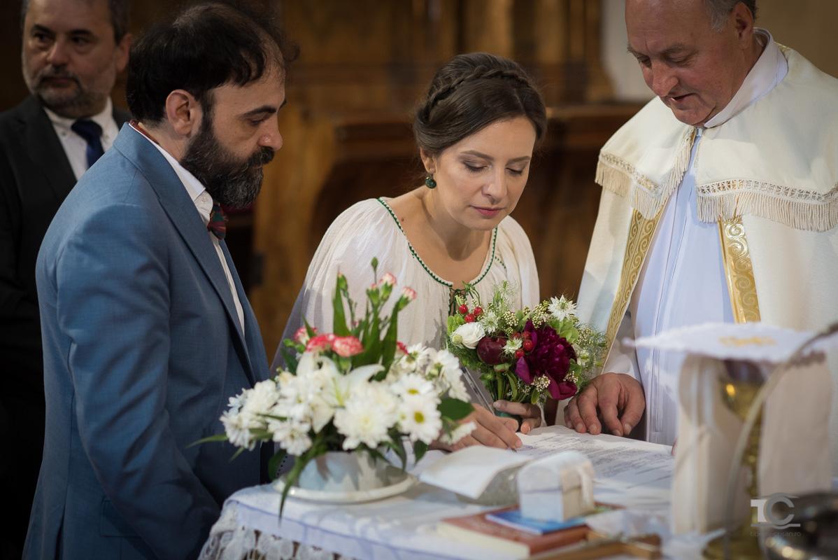 mirii semneaza actele de casatorie