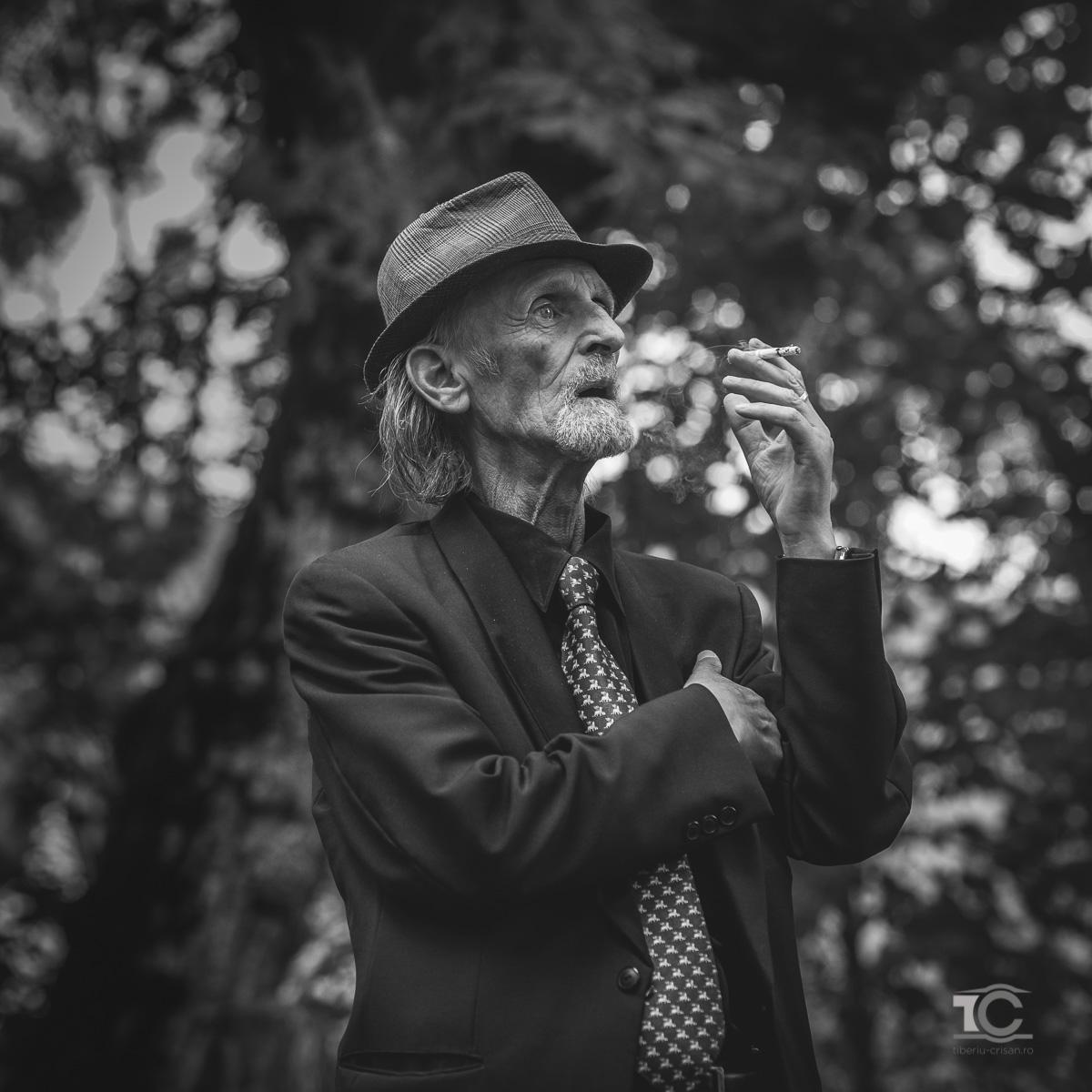 portret parintele alb-negru cu parintele arpi care fumeaza