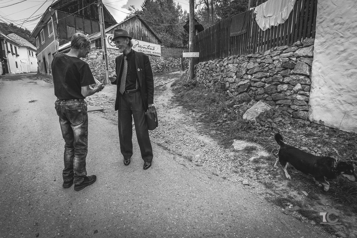 portret parintele alb-negru cu parintele arpi de vorba cu oamenii